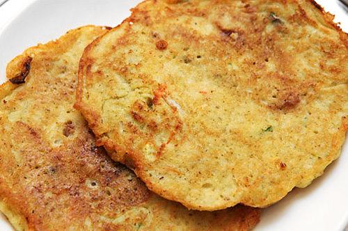 ピンデトッ(緑豆チヂミ)表面はカリッと、中はふわっとした食感。マッコリの友ともいえます