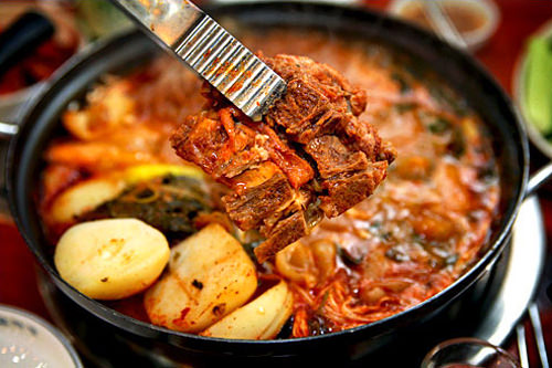 濃厚なスープが胃に染みるカムジャタン
