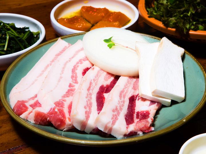 豚の三枚肉(サムギョプサル) 1人分(150g) 13,000ウォン 韓国産