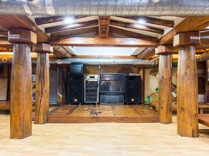 宴会に最適な音響設備も完備(4階)