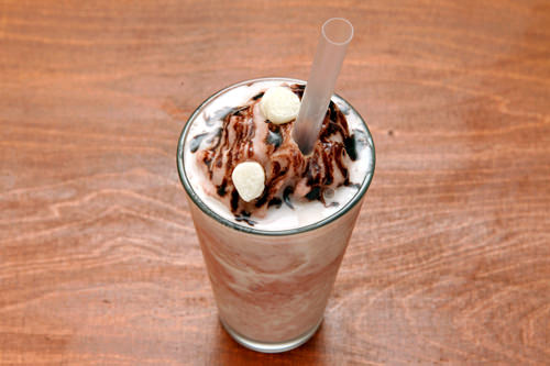 小豆シェイク(ピンスチーノ) 3,900ウォン氷、小豆をシェイクし、練乳を加えチョコレートソースと小さな餅をトッピングした飲む韓国版カキ氷「パッピンス」※夏季限定(期間未定)