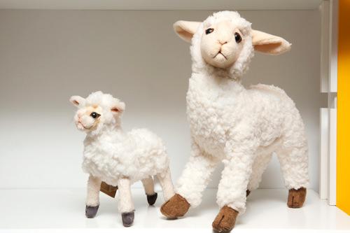 モコモコ感がかわいい羊のぬいぐるみ小:18,000ウォン 中:27,000ウォン