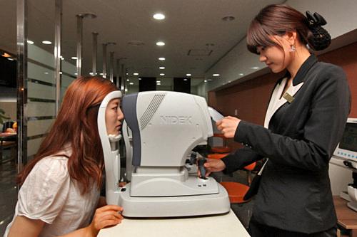2.適正検査視力検査をはじめ、眼底撮影検査(写真)など、30種類以上の精密検査を受けます。所要時間は約1時間半。