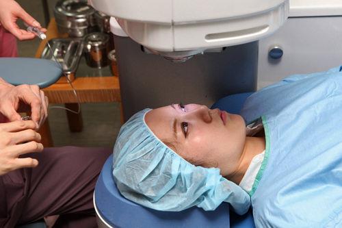 5.手術手術服に着替え、点眼麻酔をした後、目を固定する器具を装着し手術を行ないます。手術そのものの所要時間は1分もかかりませんが、準備などを含めると約20分かかります。術後に担当医が目の状態をチェック。注意事項の説明や目薬の処方などを受けます。