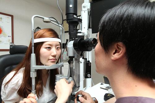 4.院長診察検査結果とカウンセリングの内容をもとに、院長先生が細隙灯検査、精密眼帯検査など目の状態をチェックし、手術が患者に適切かどうかを診断します。