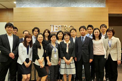 ソウル事務所のスタッフ(前列左から5番目が大砂さん)