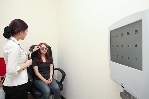 2.視力検査現在の視力を測定します。