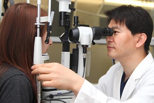 6.院長診察検査結果とカウンセリングの内容をもとに、院長先生が精密眼帯検査などで目の状態をチェックし、手術が適切かどうかを診断します。