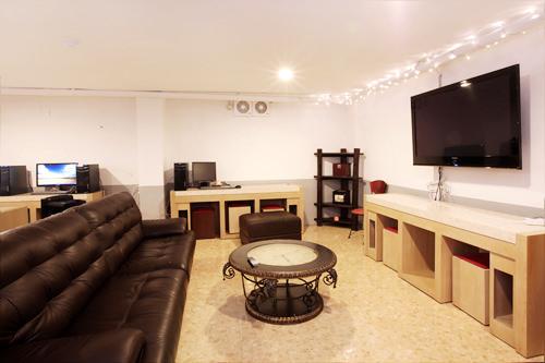 共同スペースにはテレビやパソコンがあります
