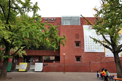 赤レンガの建物の広場はアルコ美術館前