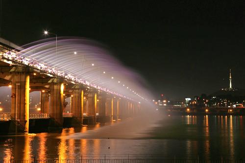 SUPER JUNIORと少女時代が一緒に歌うシーンは盤浦大橋(位置)の噴水ショーをバックに