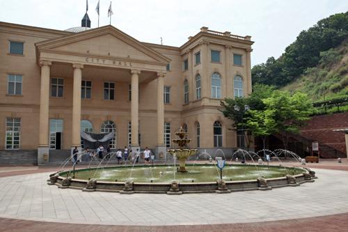 SHINeeのKeyが通り、John-Hoonが両手を広げたシティホール前の噴水(位置)