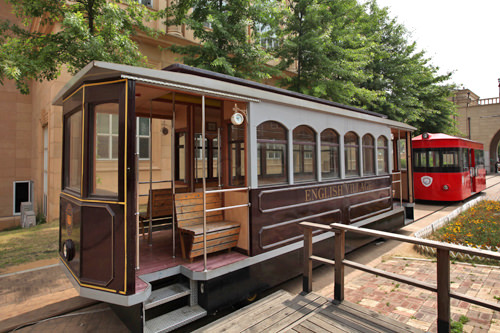 KARAが乗った茶色の路面電車