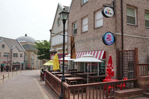 少女時代のユナがKeyに手を振ったカフェのテラスで、John-Hoonもこの店の前を通った(位置)
