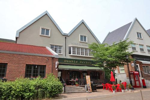 John-Hoonが座ったカフェレストラン(位置)(横の赤い公衆電話はSHINeeのテミンが入った)