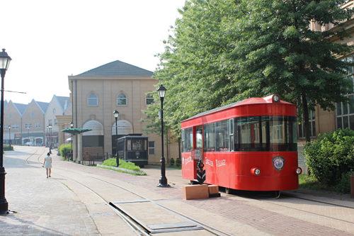町中を走る赤い路面電車