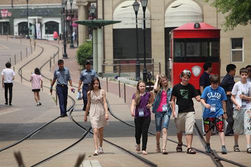 メインストリートを楽しげに歩く子供たち