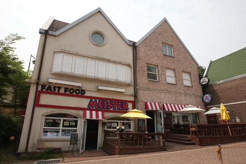 Meister 地図9ハンバーガーやサンドイッチなどが食べられるファストフード店。店内には、ミュージックビデオの撮影で英語村を訪れた、少女時代(ソニョシデ)やSUPER JUNIOR、KARAのサインも。