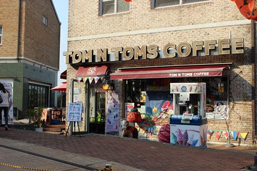 TOM N TOMS COFFEE 地図8韓国の街でもよく見かけるコーヒーチェーン店ですが、ここでは注文も英語でおこないます。英語村を訪れる学生たちに人気のお店です。