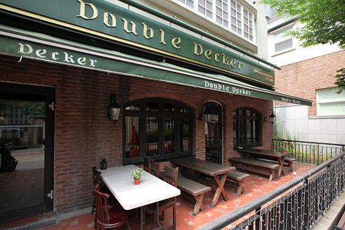 Double Decker 地図7新鮮な魚を使ったイギリス名物、手作りフィッシュアンドチップスや、イギリス産ビールが楽しめます。韓国ドラマ「コーヒープリンス1号店」の撮影に使われたり、CMの撮影にもよく使われるお店です。
