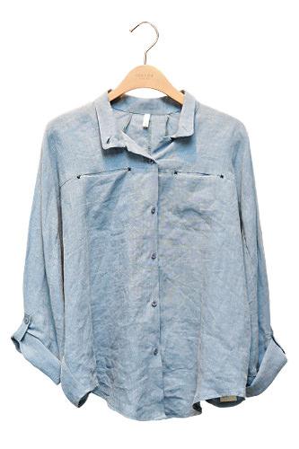 デニム風のゆるシャツも淡いカラーでナチュラルに58,000ウォン
