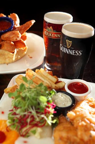 DUBLIN  ギネスやキルケニーなど、各国の生ビールとそれに合うおつまみ類を楽しめるアイリッシュパブ。チキンやポテトなど、おつまみも充実。日曜~金曜日の13:00~19:00は一部の生ビールが割引価格で飲めるおトクなハッピータイムとなっています。