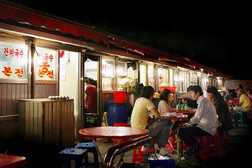店外の席は韓国式ビアガーデン