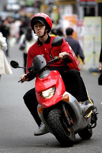 バイクで颯爽と配達してくれます