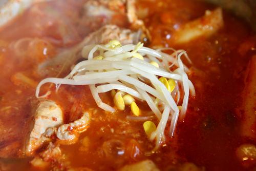 豆もやしのナムルはお好みで鍋へ