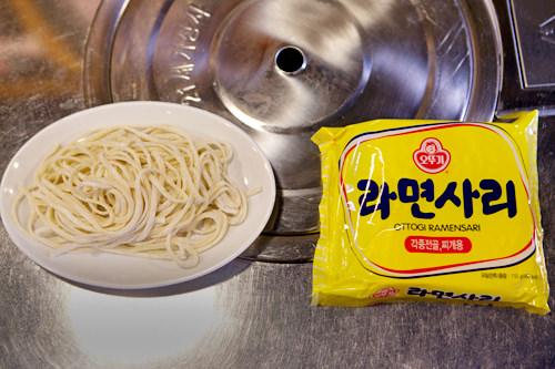 追加の手打ち麺(左)とラーメン(右)は各2,000ウォン