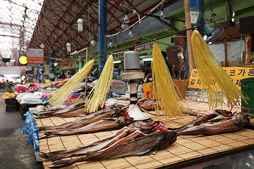 ぐるぐる回るハエよけ装置は夏の市場の珍風景
