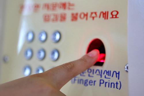 荷物を預けるときに登録した指紋をセンサーに当て