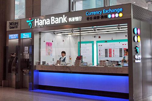 空港内の銀行休日・営業時間ともに空港内の各店舗によって異なる