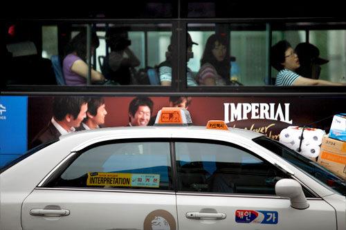 タクシーで(車体に「カードタクシー」のマークあり)
