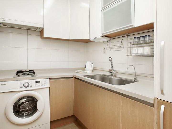 キッチン、洗濯機完備自由に使用可能なキッチンが完備されており、自宅にいるかのように過ごすことができます。また洗濯機もあるので、お子様連れや、ビジネスなどで韓国を訪れる長期滞在者にも人気です。