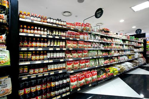 味つけカルビの素や韓国の旨味調味料「タシダ」が並ぶ