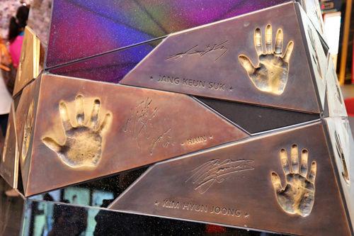 スターの手形(上からチャン・グンソク、Rain(ピ)、キム・ヒョンジュン)