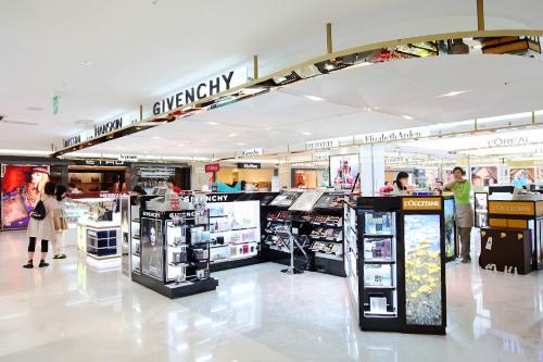 広範囲に設けられた化粧品コーナー