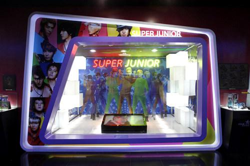 SUPER JUNIORアジアをはじめ、ヨーロッパでもファンを魅了する13人組の男性アイドルグループ。各メンバーが音楽界だけでなく、演技やバラエティなど多方面で活躍するエンターテイナーアイドルです。メンバーたちの写真パネルが展示されて臨場感たっぷり。※写真の展示ブースは移転前のロッテワールド店のものです