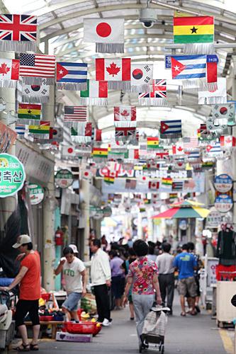 万国旗が飾られているのは「永東橋コルモッ市場」