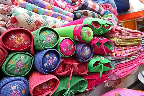 市場入口付近で見つけた韓国伝統刺繍が可愛い枕