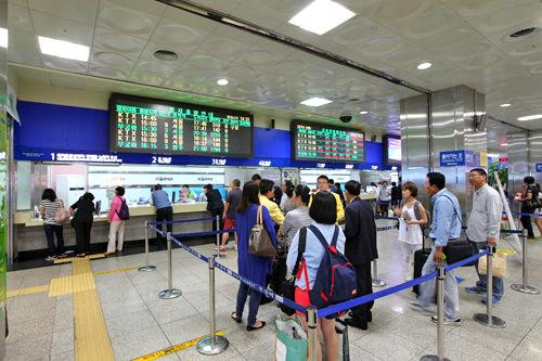 乗車券販売窓口の上には直近の出発列車案内や、切符販売状況が表示されています。