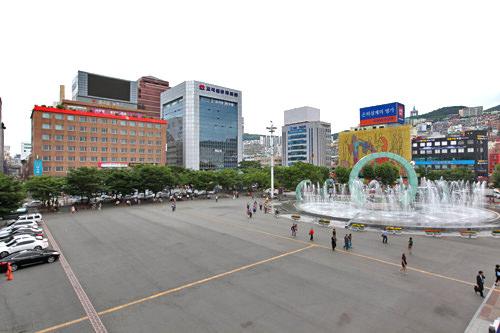 夏季を中心に稼動する噴水もある、広い駅前広場(地図1)