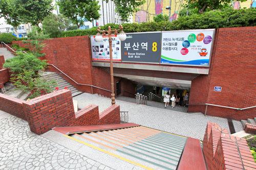 国鉄釜山駅と地下鉄1号線釜山駅は地上を歩いてすぐ(地図2)