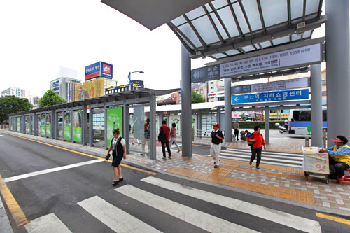 市内を走る一般路線バスの乗換センター(地図4)