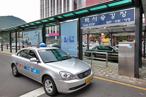 駅の北側、広場観光ホテル前のタクシー乗り場では一般、模範、大型タクシーが利用できます。(地図5)