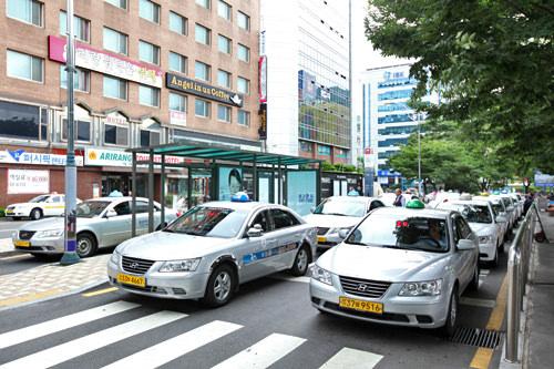 駅の南側のタクシー乗り場は一般タクシー中心(地図6)