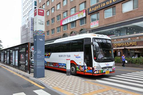 釜山シティツアーバス停留所も駅の南側に(地図8)
