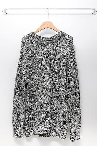 冬のデイリーコーデに大活躍しそうなロング丈のセーター128,000ウォン
