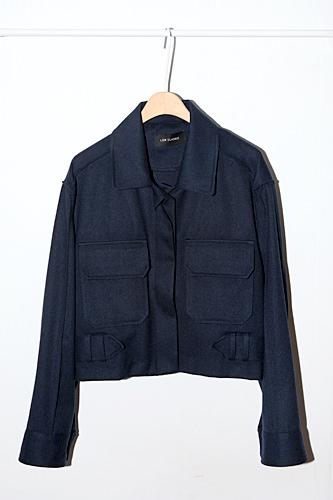 様々なシーンで着まわしできるベーシックな黒ジャケット128,000ウォン